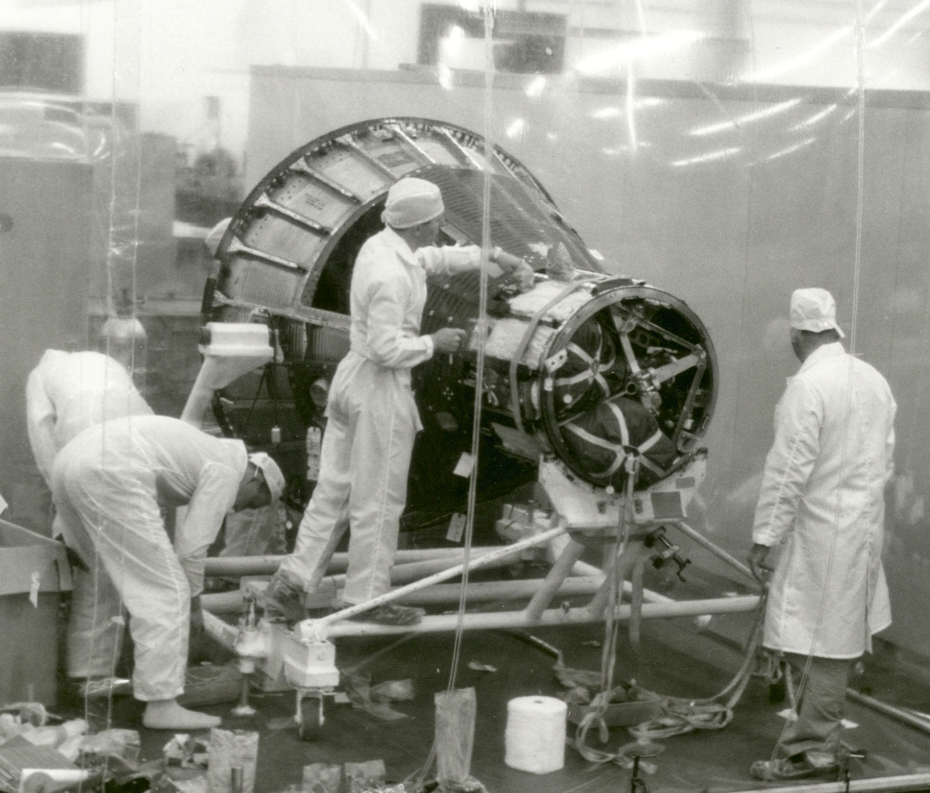 Technicians_working_in_the_McDonnell_White_Room_on_the_Mercury-crop